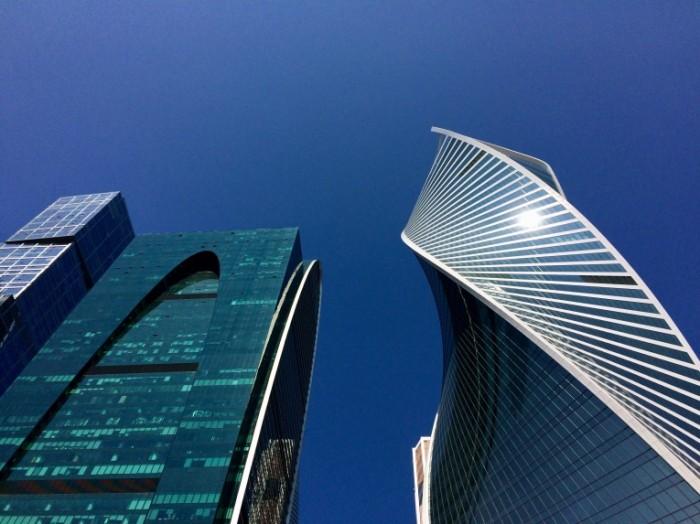nebo sinij moskva rossia ofis stolica delovoj centr moskva siti cistoe basn 700x524 Москва сити   Moskow city