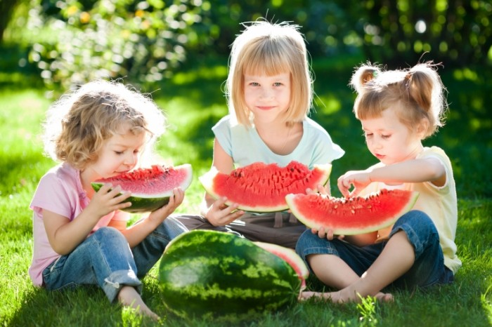 148499208358832e53739c60.29329424 700x466 Дети с арбузом   Children with a watermelon