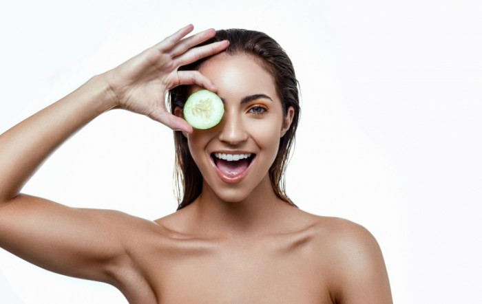 1485750612588ec154882617.25836944 700x442 Девушка с огурцом   Girl with a cucumber