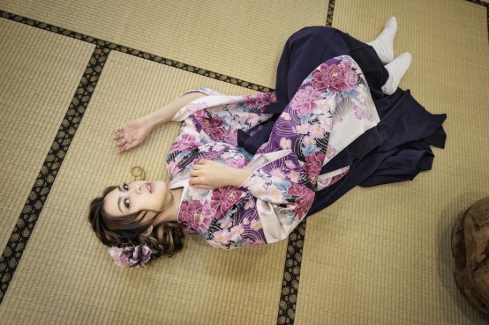 devushka aziatka vzglyad lezhit 5480 700x465 Девушка в кимоно   Girl in kimono