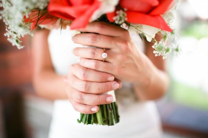 devushka kolco nevesta buket 700x466 Букет невесты   Brides bouquet