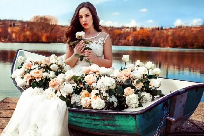 devushka plate cvety rozy 700x466 Девушка в лодке   Girl in a boat