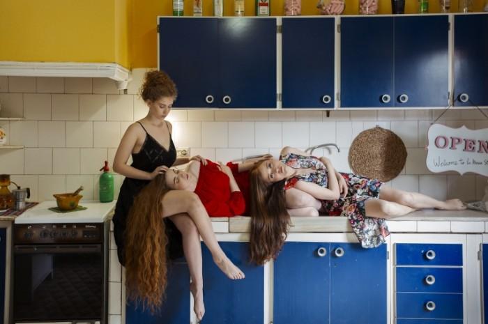devushki lezhat kukhnia 700x465 Девушки на кухне   Girls on the kitchen