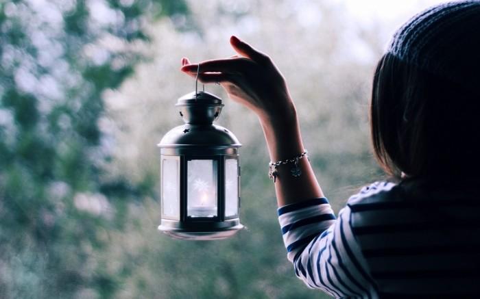 nastroeniya a63082c5e48d 700x437 Девушка с фонарем   Girl with a lantern