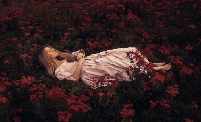 rosie hardy to lie in the 700x428 Девушка в цветах   Girl in a flowers