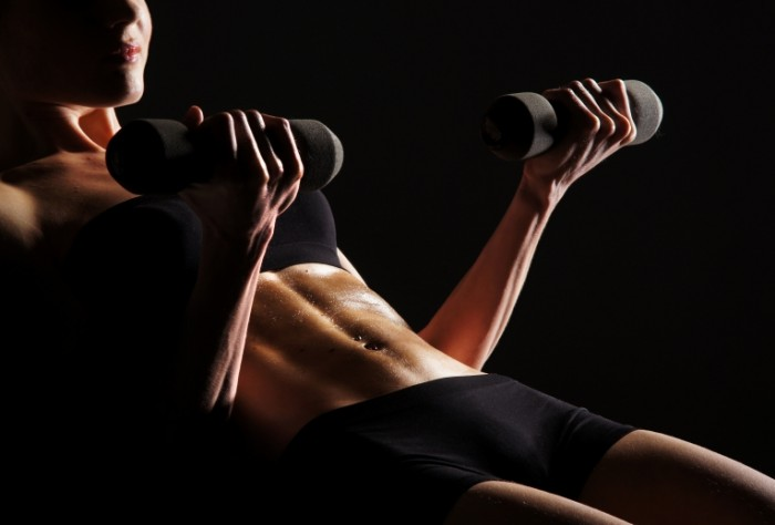 woman dumbbells pose 700x474 Девушка с гантелями   Girl with dumbbells