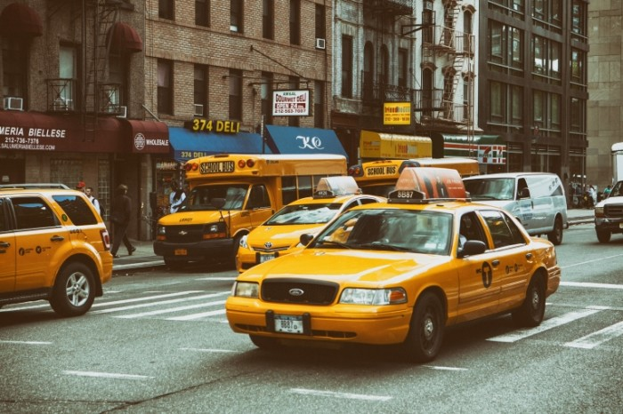 yellow traffic nyc taxi 700x466 Желтое такси   Yellow taxi