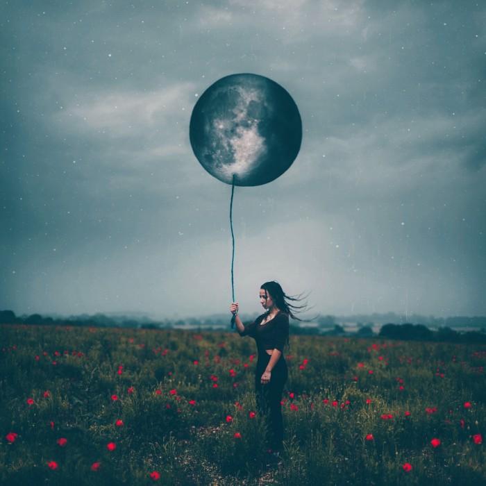 amy spanos devushka zvezdy shar 700x700 Луна в руках   Moon in hands