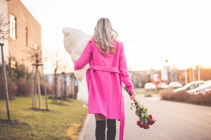 devushka blondinka palto 3759 700x466 Девушка с подарками   Girl with gifts