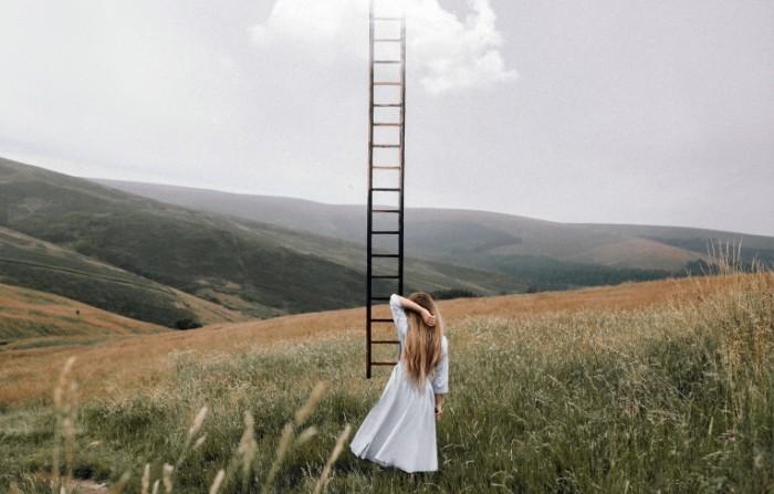 devushka lestnica nebo 700x447 Лестница в небо   Ladder in the sky