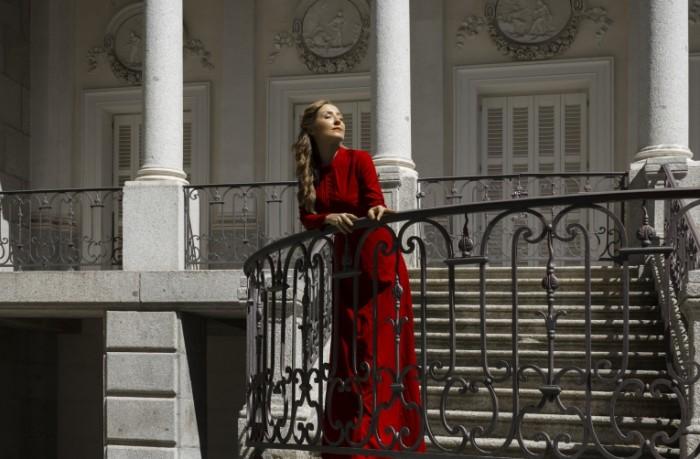 devushka lico plate krasnoe 700x459 Девушка в красном платье   Girl in a red dress
