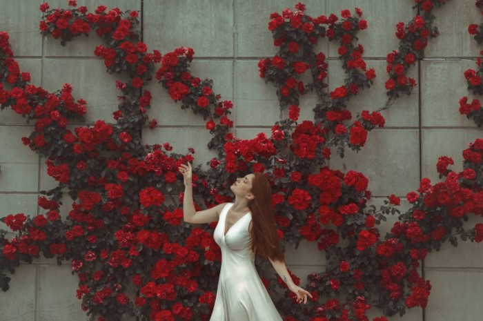 devushka lico plate poza 6610 700x465 Девушка в белом платье   Girl in white dress