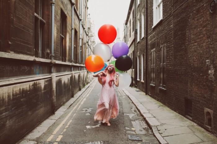 devushka shariki ulica gorod 700x465 Девушка с шариками   Girl with balloons