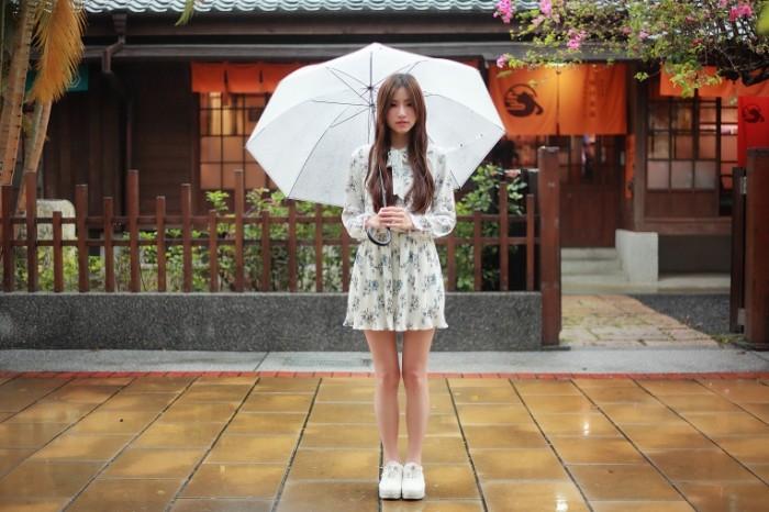 devushka volosy lico plate 4456 700x466 Девушка с зонтиком   Girl with umbrella