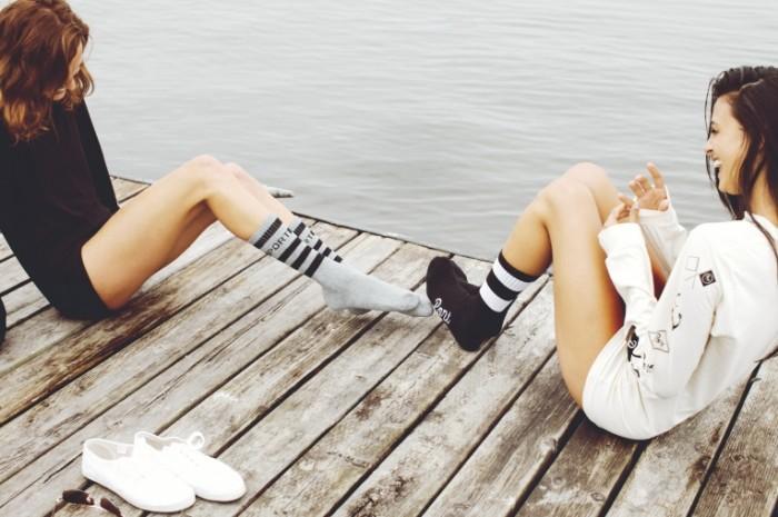 devushki ryzhaya bryunetka ulybki 700x465 Девушки на пирсе   Girls on a pier