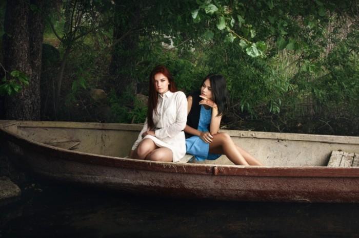 dve devushki ksyusha anya v lodke 700x465 Две девушки в лодке   Two girls in a boat