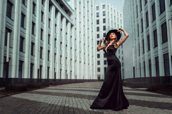 gorod figura plate shlyapka 700x465 Девушка в черном платье   Girl in black dress