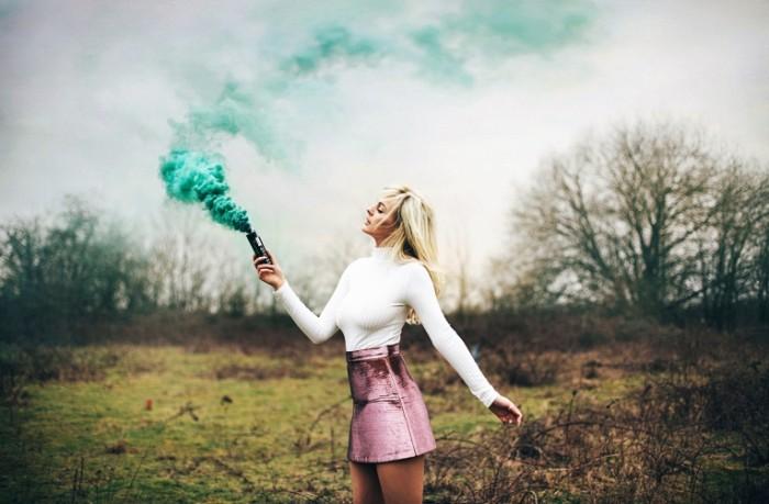 amy spanos devushka dym yubochka 700x459 Девушка с огнем   Girl with fire