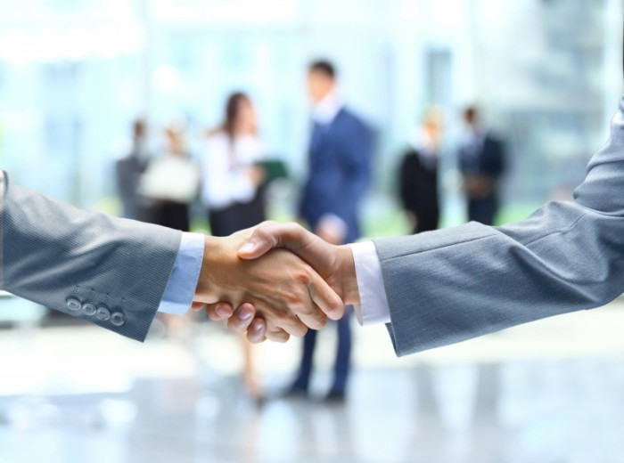 biznes rukopozhatie sdelka 700x520 Сделка   Deal