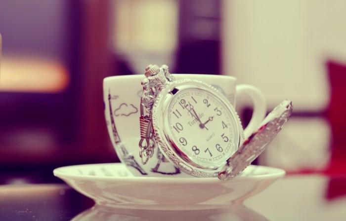 chashka kruzhka chasy blyudce cifry 700x448 Чайное время   Tea time