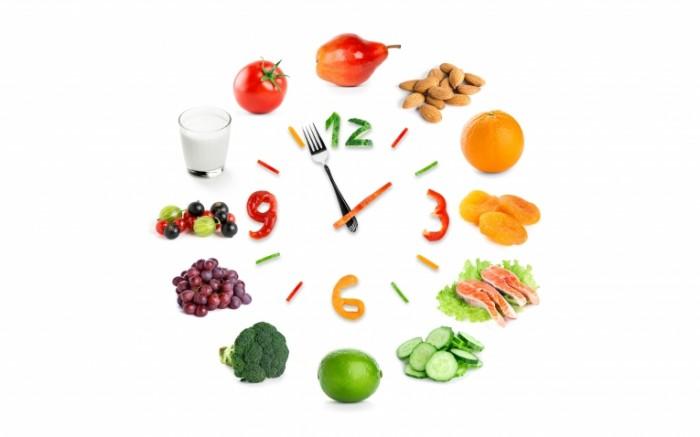 chasy kreativ frukty iagody grusha orekhi apelsin kuraga ryb 700x437 Продуктовые часы   Food clock