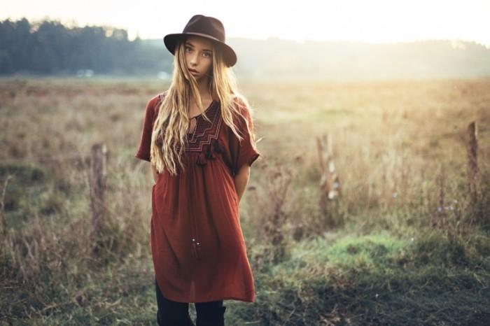 devushka shlyapka vzglyad 6323 700x466 Девушка в шляпке   Girl in a hat