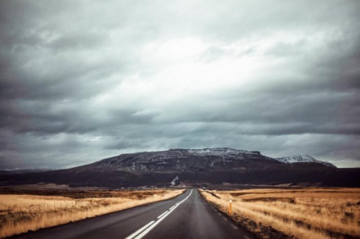 doroga pole gory serye oblaka 700x466 Дорога   Road