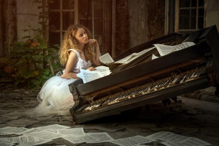 karina bratkowska pianino noty muzyka 700x466 Девушка и пианино   Girl and piano