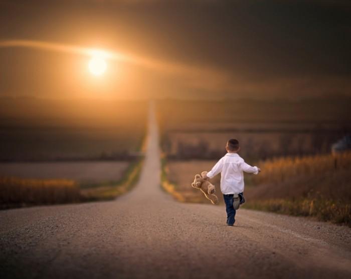 malchik igrushka doroga beg 700x557 Мальчик на дороге   Boy on the road