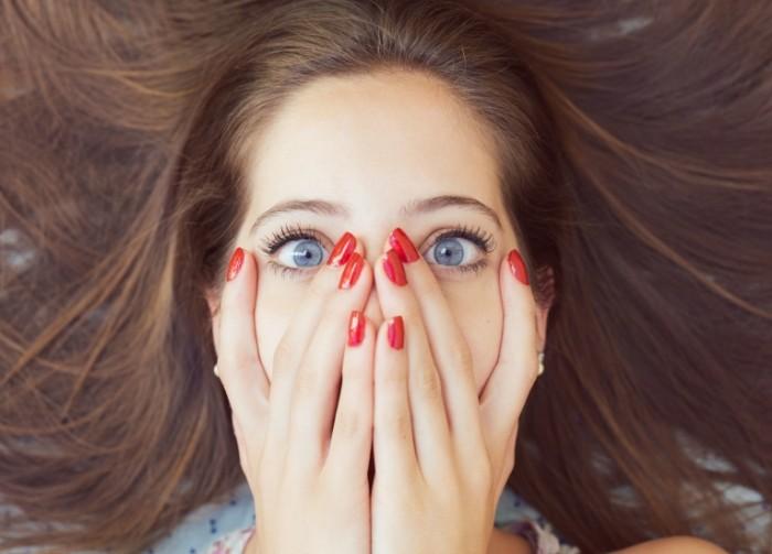 painted nails two blue eyes 700x503 Эмоции   Emotions