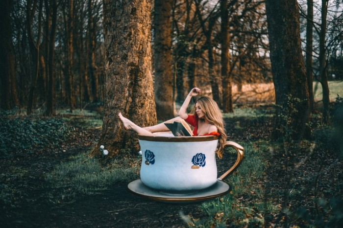 rosie hardy devushka les chashka 700x466 Девушка в чашке   Girl in the cup