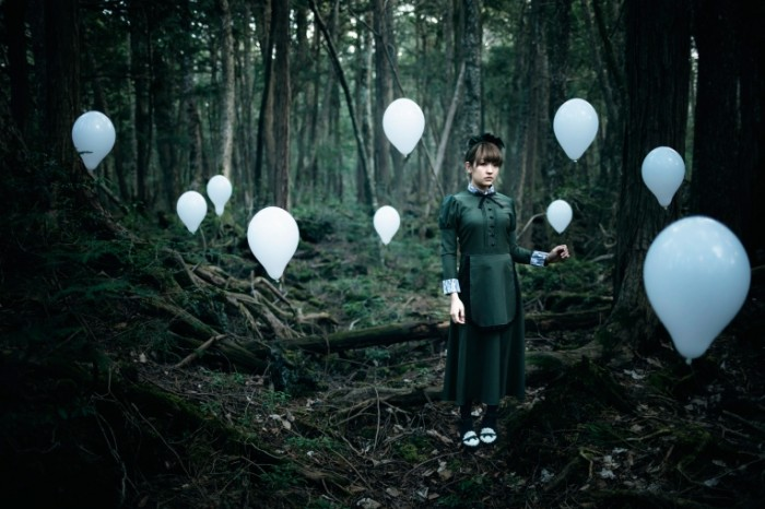 the soul taker devushka les 700x466 Девушка в лесу с шарами   Girl in the wood with balloons