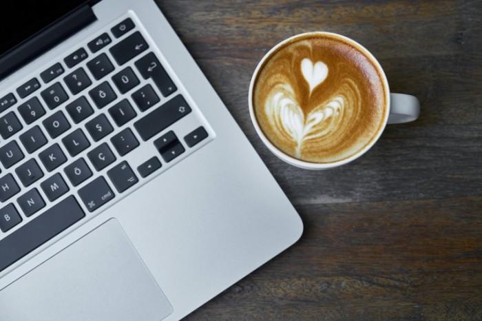 Noutbuk i kofe Laptop and coffee 700x466 Ноутбук и кофе   Laptop and coffee