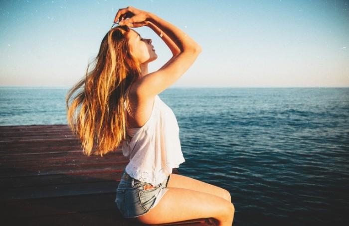devushka poza leto 6245 700x455 Девушка на море   Girl at the sea