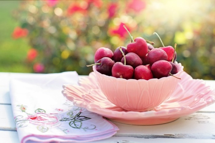 CHereshnya letom Cherries in summer  700x466 Черешня летом   Cherries in summer