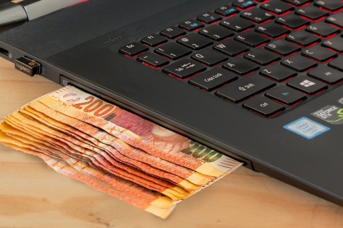 Dengi i noutbuk Money and Laptop 700x466 Деньги и ноутбук   Money and Laptop