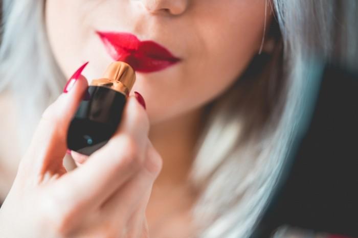 Devushka i pomada Girl and lipstick 700x466 Девушка и помада   Girl and lipstick