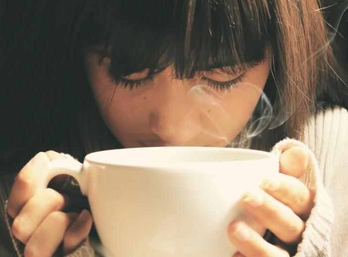 Devushka pet chay Girl drinking tea 700x517 Девушка пьет чай   Girl drinking tea