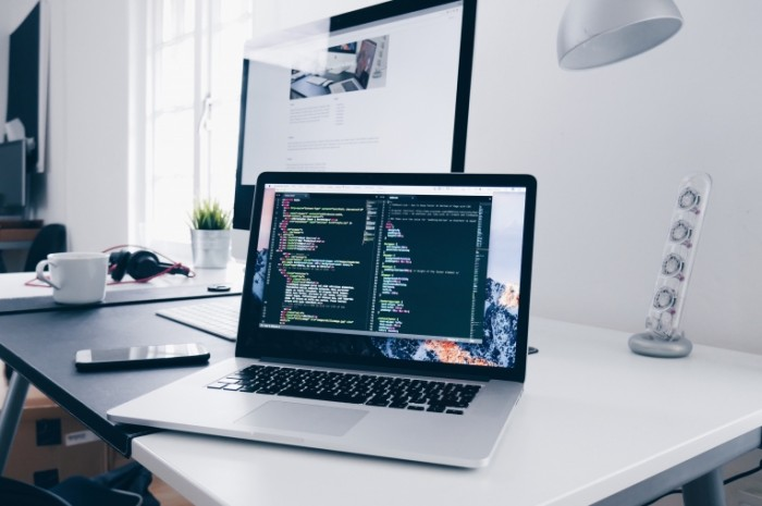 Kodirovanie na noutbuke Coding on Laptop 700x465 Кодирование на ноутбуке   Coding on Laptop