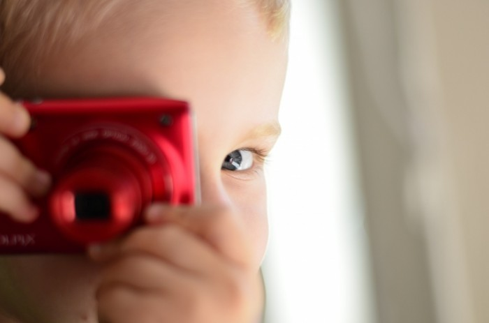 Rebenok s fotoapparatom A child with a camera 700x463 Ребенок с фотоаппаратом   A child with a camera