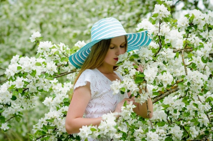 Devushka i tsvetyi Girl and flower 700x463 Девушка и цветы   Girl and flower