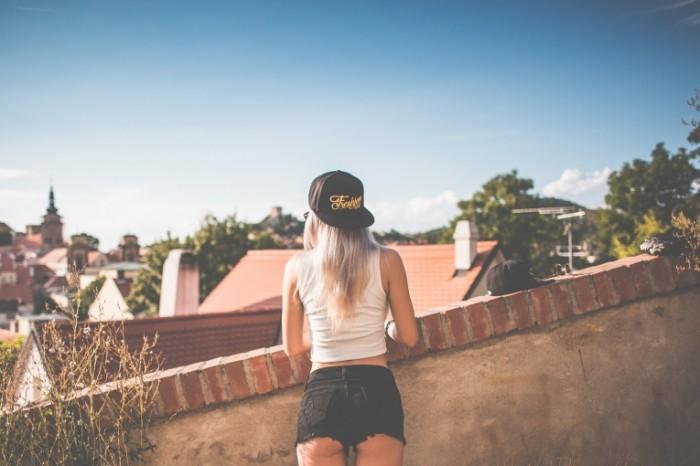 Devushka v kepke Girl in a cap 700x466 Девушка в кепке   Girl in a cap