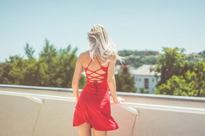 Devushka v krasnom plate Girl in red dress 700x465 Девушка в красном платье   Girl in red dress