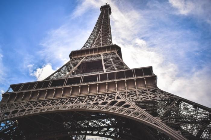 E`yfeleva bashnya v Parizhe Eiffel tower in Paris 700x465 Эйфелева башня в Париже   Eiffel tower in Paris