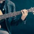 Парень играет на гитаре - Guy plays the guitar