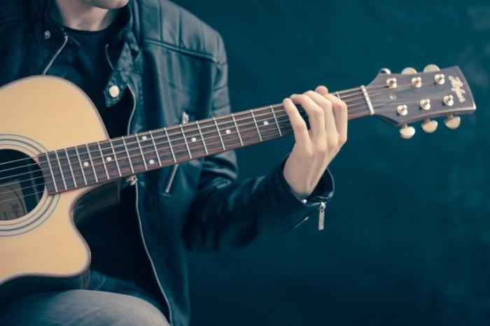 Paren igraet na gitare Guy plays the guitar 700x466 Парень играет на гитаре   Guy plays the guitar