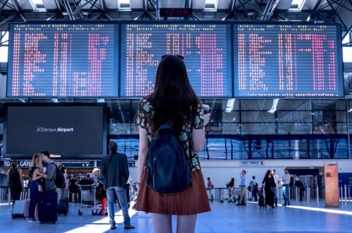 ZHenshhina v ae`roportu Woman in airport 700x465 Женщина в аэропорту   Woman in airport