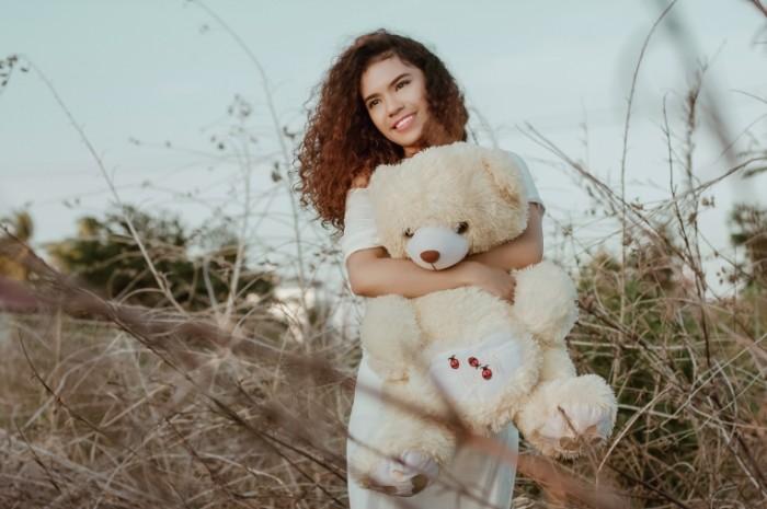 Devochka s plyushevyim mishkoy Girl with teddy bear 700x465 Девочка с плюшевым мишкой   Girl with teddy bear