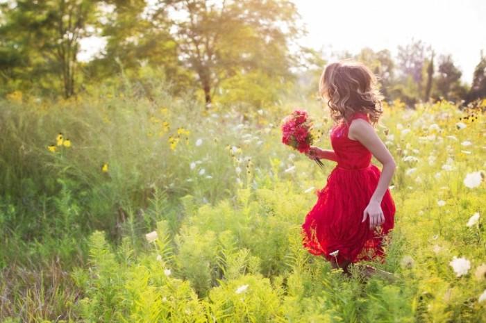 Devushka v krasnom plate s buketom Girl in a red dress with a bouquet 700x465 Девушка в красном платье с букетом   Girl in a red dress with a bouquet