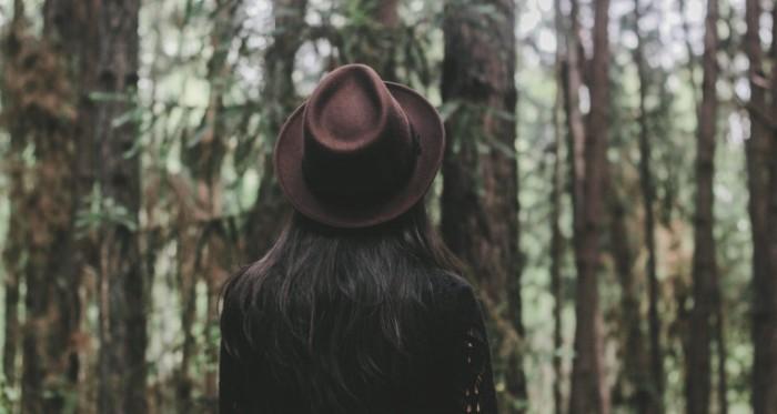 Devushka v shlyape v lesu Girl with hat in the forest 700x373 Девушка в шляпе в лесу   Girl with hat in the forest